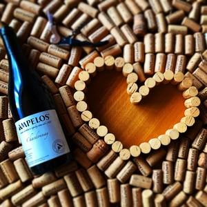 Láhev vína s korkovým srdcem.jpeg