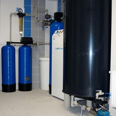 Moderní stanice pro úpravu vody v laboratoři včetně předúpravy a zásobní nádrže