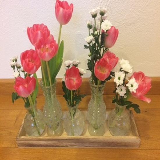 sklenene vazy na drevenem podnosu
