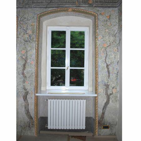 Interiér s rekonstruovaným oknem