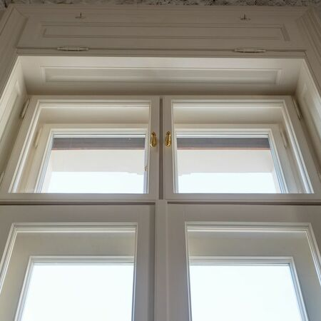 Detail okna, kde byly použity panty i návleky