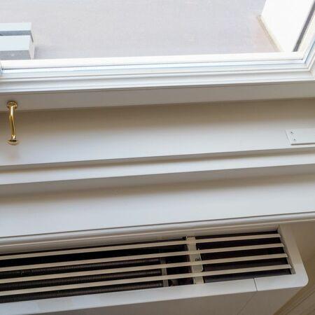 Detail okna se skobou